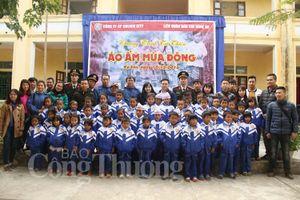 Nghệ An: Hơn 1000 áo ấm đến với học sinh miền biên giới