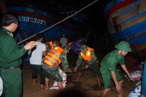 Đồn BP Tuy Hòa, BĐBP Phú Yên giúp dân khắc phục triều cường
