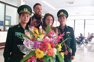 Hai vị khách quốc tế đầu tiên nhập cảnh bằng thị thực điện tử qua cửa khẩu quốc tế Cha Lo
