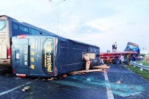 Tai nạn trên cao tốc, một người chết, 17 người bị thương