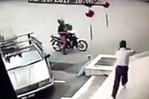 Chôm đồ từ ô tô, tên trộm bị chủ nhà vác súng dí vào đầu