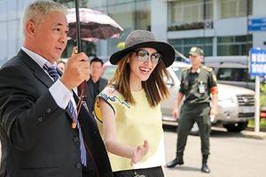 Hoa hậu Hong Kong được dàn vệ sĩ hộ tống ở sân bay Tân Sơn Nhất