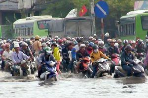 Hàng vạn người 'ná thở' rời Sài Gòn trong cảnh ngập nước, kẹt xe