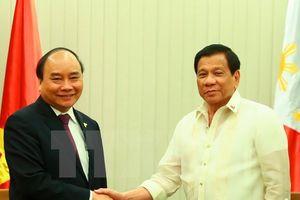 Thủ tướng gặp Tổng thống Philippines bên lề Hội nghị Cấp cao ASEAN