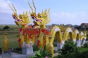 Cận cảnh phủ thờ không phép có đôi rồng khổng lồ ở Thái Bình