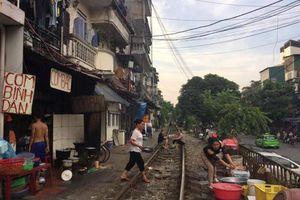 Cuộc sống 'bình thản bên tử thần' ở phố đường tàu Hà Nội