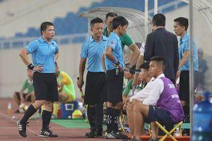 Chuyện lạ bóng đá Việt Nam: Trọng tài xin... thay người vì nắng nóng