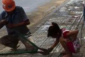 Con gái nhỏ nghỉ hè theo cha đến công trình xây dựng