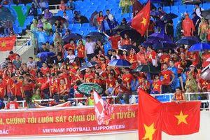 Cận cảnh: Hàng nghìn khán giả đội mưa cổ vũ ĐT Việt Nam