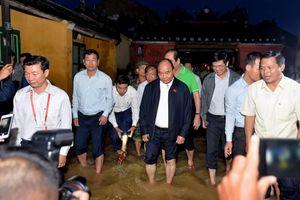 Thủ tướng lội nước động viên người dân vùng lũ Hội An
