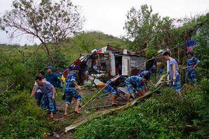 Xúc động chiến sĩ hải quân giúp dân sau mưa bão