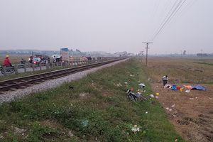 Bị tàu hỏa đâm vì băng qua đường ray, 3 người tử vong