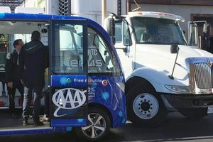 Xe buýt tự lái gặp tai nạn ngay ngày đầu xuống phố
