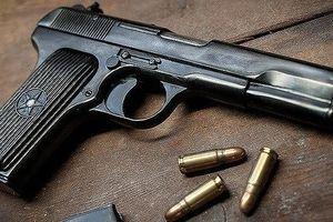 Chủ hãng nước đá móc súng dọa bắn nữ nhân viên