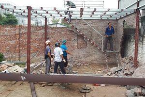 Phường Mai Dịch (quận Cầu Giấy) ra quân xử lý vi phạm trật tự xây dựng trên đất canh tác