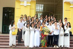 Giáo viên rưng rưng vì nhận được món quà bất ngờ của học sinh THPT Chu Văn An