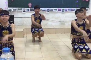 4 chàng trai Xây dựng mặc váy múa 'Chiều lên bản Thượng' hút triệu lượt xem