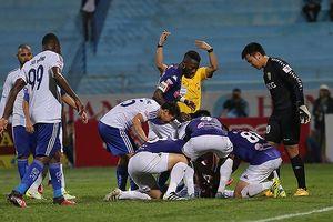 Tiền đạo Quảng Nam thoát chết trong gang tấc nhờ sự dũng cảm của cầu thủ đội bạn