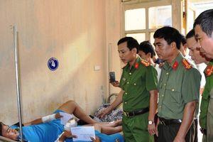 Khen thưởng 2 cá nhân truy bắt 'cẩu tặc' bị bắn trọng thương