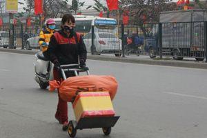 Đẩy vali cho khách kiếm tiền triệu mỗi ngày ở bến xe Giáp Bát