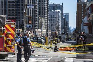 Xác người và mảnh vỡ kéo dài trên 1 km sau vụ đâm xe ở Toronto