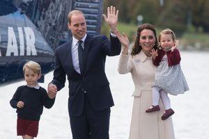 Sự khác biệt trong cách Kate Middleton bế em bé hoàng gia