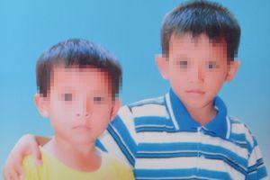 Người mẹ khóc ngất bên quan tài hai con trai chết đuối