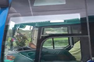 Tài xế xe khách 'làm xiếc' chạy tốc độ cao trên cao tốc
