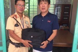 CSGT Đà Nẵng trả lại tài sản đánh rơi cho người đàn ông Nhật