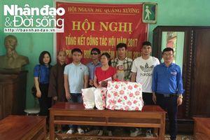 Thủ môn Bùi Tiến Dũng tham gia tặng quà cho hội viên hội người mù tại Thanh Hóa