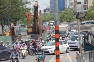 Hàng nghìn xe chôn chân trên đại lộ Võ Văn Kiệt do ổ gà bất ngờ xuất hiện