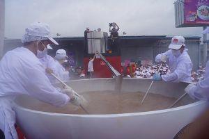 Thưởng thức tô phở bò 1,3 tấn, lớn nhất thế giới của Việt Nam