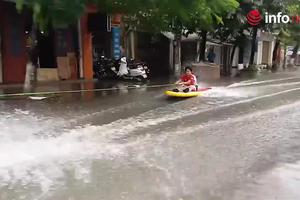 Trò đùa chẳng giống ai của người dân Hải Phòng khi lướt ván băng băng trên đường ngập