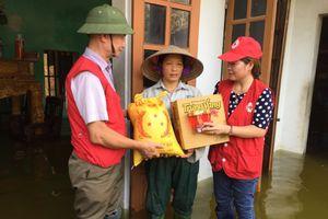Hội Chữ thập đỏ TP.Hà Nội hỗ trợ 1.850 suất quà cho bà con rốn lũ Chương Mỹ