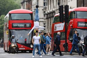 Quốc Cơ, Quốc Nghiệp gây chú ý khi chồng đầu đi trên đường phố Anh