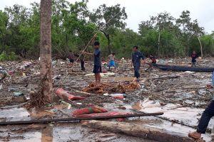 Sanamxay: Bới đống đổ nát tìm người mất tích