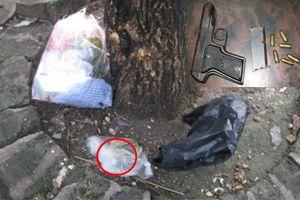 Khẩu súng ngắn cùng 6 viên đạn nằm cạnh gốc cây ven đường