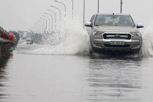 Thủy điện Hòa Bình xả lũ, đường ngoại thành Hà Nội ngập hơn nửa mét nước
