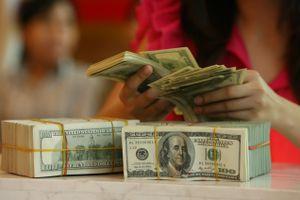 Giá bán USD ngân hàng bám sát giá trần
