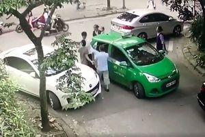 Lái xe Mercedes dùng gạch đập đầu tài xế taxi Mai Linh bị khởi tố