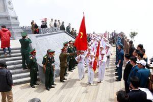 Tự hào ngắm cờ tổ quốc tung bay trên đỉnh Đông Dương