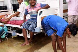 Mưa lớn gây ngập lụt phòng chăm sóc đặc biệt tại bệnh viện Ấn Độ