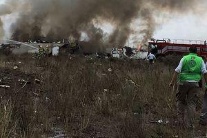 Máy bay Mexico rơi khi đang cất cánh, 101 người may mắn sống sót