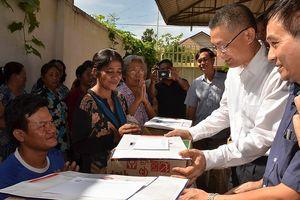 Thăm hỏi đồng bào Việt kiều và bà con Campuchia gặp nạn vì lũ lụt