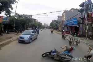 Cái kết cho hai thanh niên khi cố vượt giữa xe tải và xe kéo