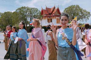 Phan Thị Mơ và dàn thí sinh được diễu hành chào đón tại Thái Lan