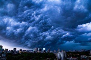 Kinh hãi cảnh cuồng phong bao trùm Hà Nội, bầu trời vần vũ chuẩn bị đón mưa