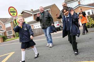 Trường học ở Anh khuyến cáo phụ huynh không đưa đón con bằng ô tô
