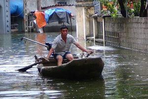 Hai tuần sau lụt người dân Chương Mỹ vẫn khốn đốn 'bơi' vượt ngập