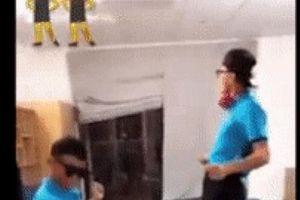Hà Đức Chinh - Bùi Tiến Dũng mặc đồ đôi 'quẩy tung nóc nhà'